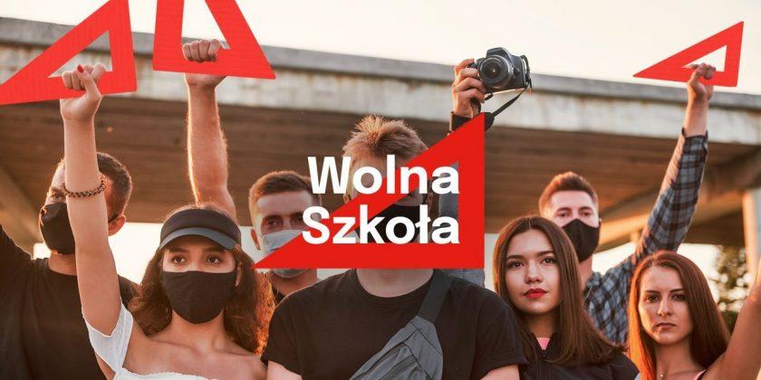 Czerwona ekierka symbolem obywatelskiego sprzeciwu wobec rządowych zmian w oświacie